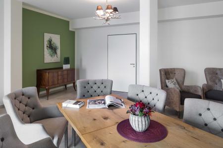 Komfort auch in den Aufenthaltsbreichen: Möbel und Farbgebung schaffen immer wieder neue Eindrücke. (Grüne Akzentwand: 3D Pinie 45) (Foto: Caparol Farben Lacke Bautenschutz/Martin Duckek)