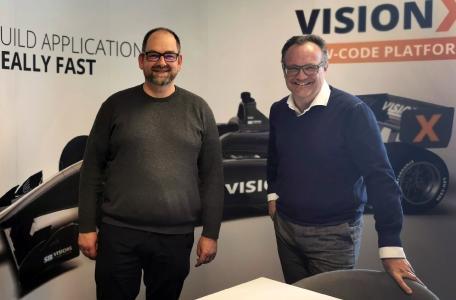 Mag. Bernd Steinbrenner, CCO Industrie Informatik GmbH (hier rechts neben SIB Visions-CEO Roland Hörmann) ist von der Leistungsstärke von 'VisionX' überzeugt / Bild: Industrie Informatik GmbH