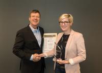 Preisübergabe: Werner Baumgart, Global Product Manager Concrete Repair & Surface Protection bei MC-Bauchemie, nahm am 21. Februar 2018 den Preis von Annika Niesen, B+B Bauen im Bestand, entgegen.