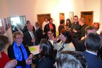 Viele Gäste aus Politik, Wirtschaft und Kunden der Agentur freuen sich über den Start am neuen Standort.
