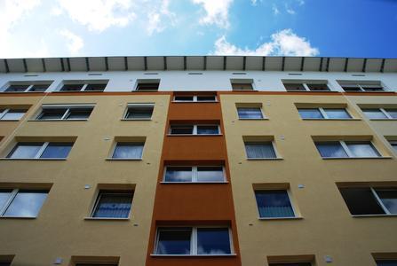 Die mehrgeschossigen Gebäude erhielten durch Erweiterung des Dachüberstands ein wesentlich attraktiveres Erscheinungsbild