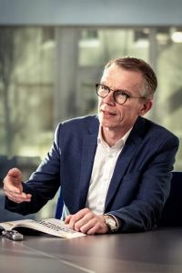 Jürgen Petzel, Vice President Sales bei MPDV, erläutert, wie das Manufacturing Execution System (MES) HYDRA dabei unterstützt, die Fabrik auch aus dem Home Office im Blick zu halten / Quelle: MPDV