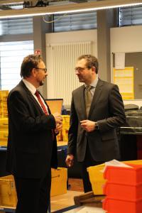 Informierte sich über das Lösungs- und Leistungsangebot eines Service-Providers wie dem krz: (v. r.) Der neue VITAKO-Geschäftsführer Dr. Ralf Resch im Gespräch mit krz-Geschäftsleiter Reinhold Harnisch. Bild: krz