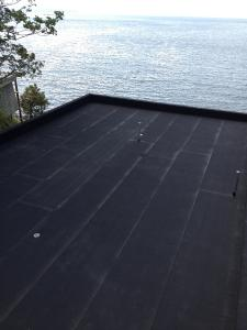 With a root-resistant bituminous waterproofing membrane, the roofs are very well prepared for the installation of the ZinCo green roof system / Source: Architek
