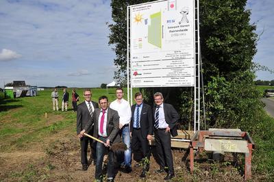(v.l.n.r.):  Hans Holtmann (Geschäftsführer der Solonic GmbH), Stefan Bartels (Projektkoordinator der NEW Re), Markus Brunen (Landwirt und Mit-Investor des Solarparks), Frank Kindervatter (Vorstandsmitglied der NEW AG), Markus Palic (Geschäftsführer der NEW Re GmbH)