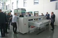 Live-Demonstration der neuen Schwenkbiegemaschine MAKU bei Schröder in Wessobrunn-Forst. Bildquelle: Schröder Group