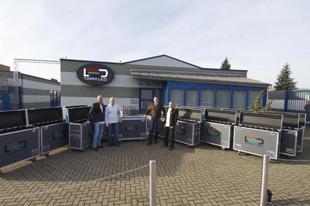 Speziell für 100m2 TARMLED 4x4 entwickelte Flightcases. Vor der Bochumer Firmenzentrale stehen von links nach rechts Firmengründer Ralf Lottig, Thomas Lottig, Sascha Kwasny und Frank Freitag