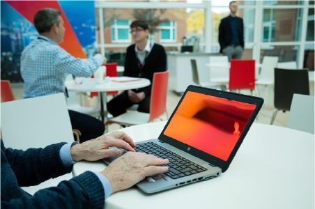 Die Blickschutzfilter Gold machen Schluss mit Ausspäh-Versuchen, dem sogenannten Visual Hacking. Foto: 3M