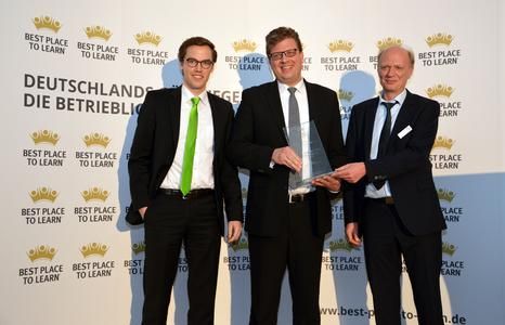 Von links: Moritz Lott und Thomas Heimann (beide WAGO) mit Dieter Sicking (Geschäftsführer AUBI-plus), Foto: WAGO