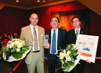 Preisverleihung an B&M TRICON (v.l.n.r.): Thomas Heijnen, Area Manager B&M TRICON, Univ.-Prof. Dr.-Ing. Dr.-Ing. E.h. Dieter Späth und Ing. Richard Müller, Geschäftsführer B&M TRICON