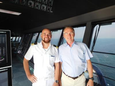 """Sven Kassel (Absolvent der Hochschule Bremen, links) und Prof. Thomas Jung (Institut für Maritime Simulation) auf der Brücke von """"Mein Schiff 1"""""""