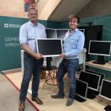 BREDEX Geschäftsführer Andreas Vogel übergibt Nils Borkowski,  Gesamtleiter  AWO-Jugend- & Erziehungshilfen, 20 Monitore