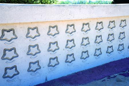 NOEplast machte es möglich, dass sich selbst feinste Linien, die Wasser im Wassergraben symbolisieren, im Beton darstellen ließen.