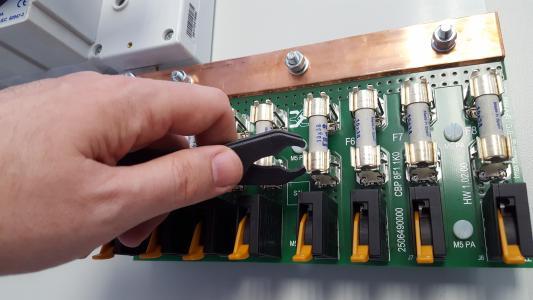 Weidmüller Photovoltaik-Lösungen: Die Generatoranschluss¬kästen PV SMART sind bis ins kleines Detail perfekt konstruiert, beispielsweise las¬sen sich die Sicherungen unkompliziert herausnehmen