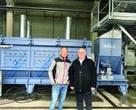 Jörg Schneeberger (leitender Geschäftsführer von WKRWalter) und Karlheinz Herbold (Geschäftsführer HERBOLD Meckesheim GmbH) vor der Zentrifuge der neuen Waschanlage