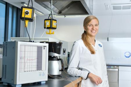 TÜV SÜD-Expertin Andrea Biehler in der Prüfküche. Hier werden verschiedene Haushaltsgeräte auf ihre Gebrauchstauglichkeit hin getestet