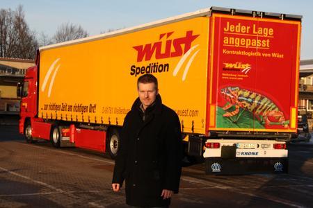 """Hingucker am Heck: """"Das Chamäleon steht bei uns für das bunte Lagergeschäft"""", erklärt Matthias Schork, Geschäftsführer der Spedition Wüst in Weißenburg. (Hires-Bilddaten erhalten Sie auf Anfrage unter info@h-zwo-b.de)"""