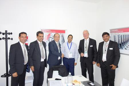 T.C. Spinners Private Limited aus Indien investiert mit dem Autocoro 9 in modernste Rotorspinntechnologie. Von links nach rechts: Amit Sethi, Saurer India; Ashok Juneja, Saurer India; Dr. Tai Mac, Schlafhorst; Dhruv Satia, Director T.C. Spinners; Bert  Schlömer, Schlafhorst; Umang Kothari, Saurer India