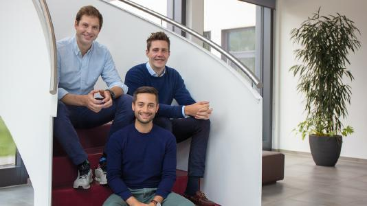 Die Gründer Paul Indinger (l.), Leopold Neuerburg (r.) und Raoul Friedrich (vorne) / Bild: ©BuildingRadar
