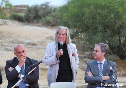 """Antique philosophy encounters renewable energy: Fabrizio Plessi (middle) explains the content of his newest video installation """"MONUMENTA"""" in Sicily. Sicily's minister of culture, Sebastiano Missineo (left), and SiG Solar Italia managing director, Alessandro Delladio (right), have actively supported the project"""