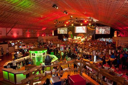 In einer großen Losberger Zelthalle können jeden Abend rund 2 500 Fans ihre erfolgreichen Sportler gebührend feiern.