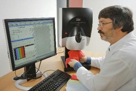 Mittels des Spektralphotometers werden Farb- und Weisswerte von Materialien ermittelt. ©Hohenstein Institute
