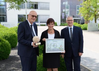 Monika Glück von Bertrandt mit Olaf Dubbert (links) und Jürgen Wroblewski (rechts) von Lyreco bei der Preisübergabe in Ehningen.