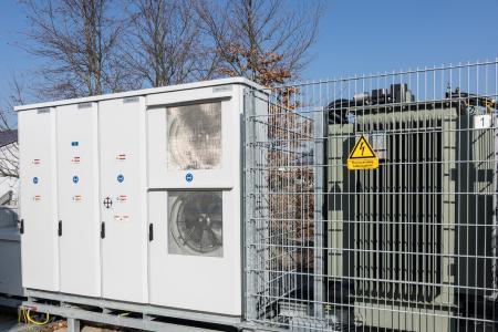 Der Batteriewechselrichter wurde gemeinsam von GE und BELECTRIC entwickelt und liefert wichtige Netzdienste zur Verbesserung der Stromqualität
