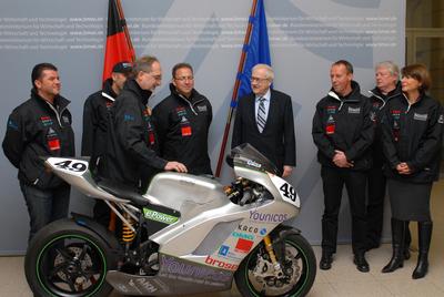 Brüderle empfängt Elektromotorradsport-Doppelweltmeister Münch-Racing-Team