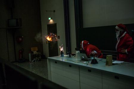 Santa und Claus alias Prof. Dr. Karsten Glöser und Prof. Dr. Sven Urschel initiieren eine Mehlstaubexplosion (Foto: HSKL)