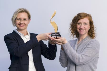 Personalentwicklerin Isabella Weidele und Personalreferentin Iris Heydemann mit dem Award