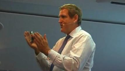 Edgar K. Geffroy spricht vor dem Publikum