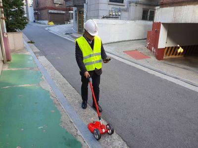 Überprüfung erdverlegter Gasleitungen in den Straßen von Seoul mit dem Mehrbereichsmessgerät OLLI und einer Teppichsonde von Esders