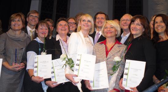 """Katharina Friesen (Mitte) und Alexander Podlich (Mitte hinten) von Micromata bei der Preisverleihung von """"Gesunde Betriebe Nordhessen 2012"""""""