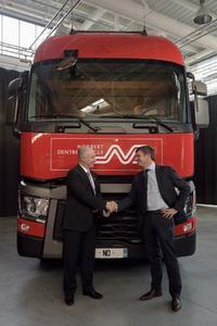 Renault Trucks Präsident Bruno Blin (links) übergibt Hervé Montjotin, dem Vorstandsvorsitzenden von Norbert Dentressangle, symbolisch die ersten 100 von insgesamt 530 neuen Fahrzeugen