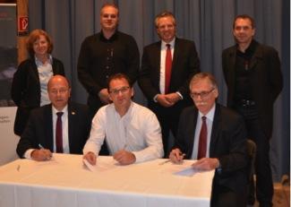 """Unterzeichnung Kooperationsvertrag auf der """"sichtbar"""". Hinten von l..."""