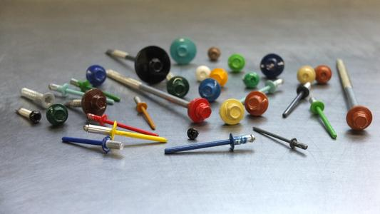 Ob groß oder klein – Schrauben oder Niete: EJOT lackiert auf Kundenwunsch alle RAL-Farbtöne im Pulverbeschichtungsverfahren