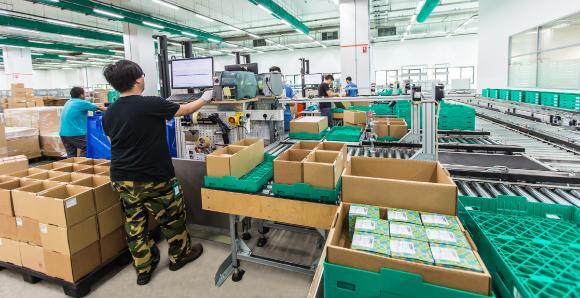 Hochdynamischer Wareneingangs- und Umpackprozess: Ein 40-Fuß-Container kann innerhalb von nur drei Stunden vereinnahmt werden. Im manuellen Lager dauerte der Prozess bis zu zwei Tage. Foto: Firefly Photography