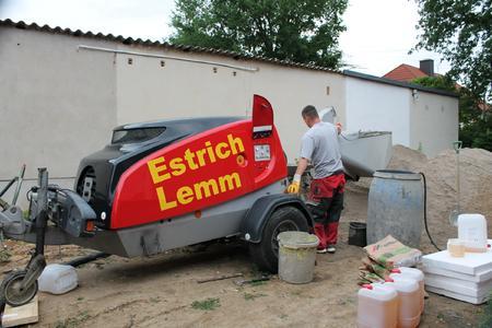 Im praktischen Einsatz: Der neueste Estrich Boy, bewährte Brinkmann-Technik, eine Marke von Putzmeister auf einer Baustelle der Firma Estrich Lemm in Eula