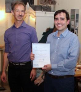 Prof. Dr. Friedrich Fleischmann (links) überreicht die Urkunde an Gustavo Gutierrez Barreto