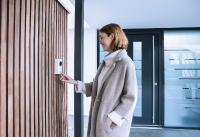Die ABUS WLAN Video-Türsprechanlage zeigt, wer vor der Tür steht, und hilft so, den Besucher und seine Absichten bereits frühzeitig zu erkennen. © ABUS