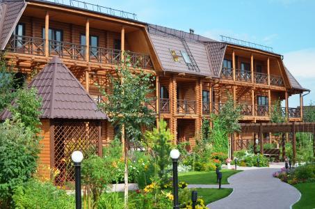 """Hotel aus Rundstammholz: Die weitläufige Ferienanlage """"Beguschaya po volnam"""" (http://www.prestige-tour.ru ) liegt am malerischen Badesee Shira und bietet ideale Voraussetzungen für einen erholsamen Sommerurlaub in Sibirien. Die Zimmer und Suiten sind großzügig geschnitten und verfügen über alles, was den Aufenthalt zu einem außergewöhnlich angenehmen Erlebnis macht. (Foto: Achim Zielke)"""