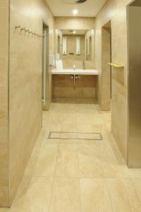 Formschön und dezent sind die Rinnen in den Bodenbelag integriert. Mit einer Einlaufbreite von 160 mm leiten sie Wasser zügig ab und sorgen somit für Sicherheit im Sanitärbereich der Saunawelt.