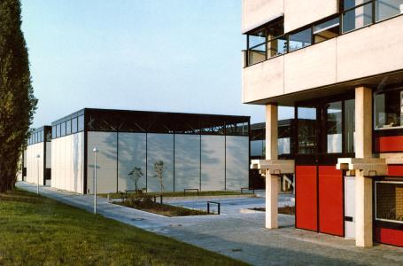 Abb. 1: Im Zeitraum 1968 bis 1970 wurden an der TU Darmstadt sieben Versuchshallen in feuerverzinkter Stahl-Leichtbauweise errichtet. (Foto: Universitätsarchiv Darmstadt)