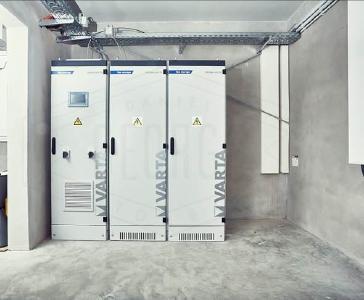Das VARTA flex storage P System bei der Firma Escatronic: mehr Autarkie im Unternehmen (Quelle: VARTA Storage GmbH)