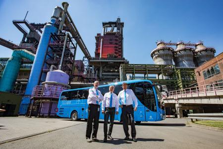Blauer Bus vor rotem Hochofen: Die Anlage im Hintergrund ist bereits ein Wahrzeichen für die Stahlproduktion in Duisburg. Der neue Besucherbus im thyssenkrupp-Design ist nun ebenfalls ein Hingucker auf dem Werkgelände im Duisburger Norden