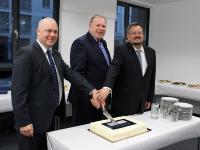 ISM-Präsident Prof. Dr. Ingo Böckenholt (Mitte) und die Campusleiter Prof. Dr. Dieter Schlesinger (r.) und Dr. Jan Hanusch (l.) läuteten das Get-together mit einem Tortenanschnitt ein