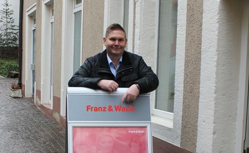 Filialleiter Jürgen Kühner vor der neuen Franz & Wach Geschäftsstelle in Mosbach, Neckar-Odenwald-Kreis.