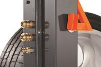 Druckluftanschluss mit zwei Verteilern. Das heißt, zwei Geräte können angeschlossen werden, also etwa Reifenfüller und Schlagschrauber, es wird aber nur eine Hauptleitung benötigt