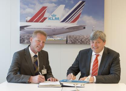 Arthur van Brink (Lödige Benelux, left) and Marcel de Nooijer (KLM Cargo) at the signing of the contract for the construction of the new cargo sorting system at Amsterdam Airport